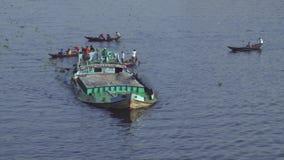 Invånare av Dhaka korsar den Buriganga floden i Dhaka, Bangladesh stock video