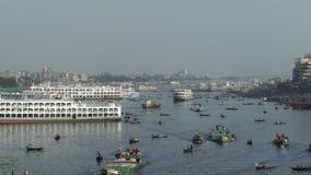 Invånare av Dhaka korsar den Buriganga floden i Dhaka, Bangladesh arkivfilmer