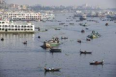 Invånare av Dhaka korsar den Buriganga floden med fartyg i Dhaka, Bangladesh Royaltyfria Bilder