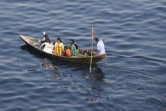 Invånare av Dhaka korsar den Buriganga floden med fartyget i Dhaka, Bangladesh Arkivbild
