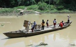 Invånare som korsar floden med fartyget kanotar solo, som hjälpmedel av korsningen till och från solo Centra Java Indonesia Fotografering för Bildbyråer
