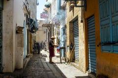 Invånarna av Sousse i de smala gatorna av den Medina olen Fotografering för Bildbyråer