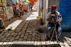 Invånarna av Sousse i de smala gatorna av den Medina olen Arkivbilder