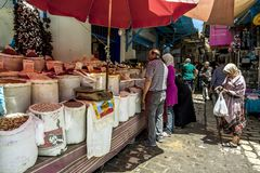 Invånarna av Sousse på marknaden av Medina den gamla staden Royaltyfria Bilder
