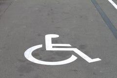 Invalide connectez-vous l'asphalte de stationnement Photo stock
