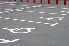 Invalide se connecte l'asphalte de stationnement Photographie stock