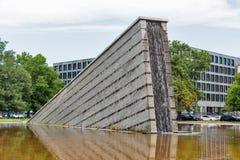 Invaliden parkerar med den Invaliden väggen eller Mauerbrunnen i Berlin, Tyskland Arkivfoton
