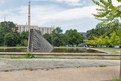 Invaliden parkerar med den Invaliden väggen eller Mauerbrunnen i Berlin, Tyskland Royaltyfri Foto