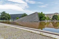 Invaliden parkerar med den Invaliden väggen eller Mauerbrunnen i Berlin, Tyskland Royaltyfria Foton
