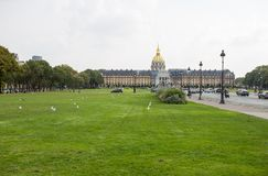 Invalides全国旅馆是大厦巨大复合体与军队博物馆和拿破仑坟茔的在巴黎,法国 免版税库存图片