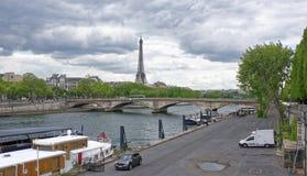 Invalides和口岸de可汗的桥梁的Elise看法 免版税库存照片