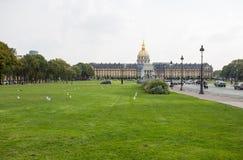 Invalides är det nationella hotellet ett stort komplex av byggnader med Armémuseum och Napoleon Tomb i Paris, Frankrike royaltyfri bild