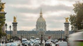 Invalides y puente Alejandro 3 del DES del hotel en París, Francia Time lapse en 4K UHD almacen de metraje de vídeo