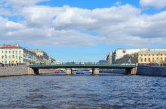 Invallning av den Fontanka floden, Semyonovsky bro, St Petersburg, Ryssland royaltyfri bild