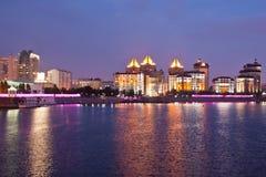 Invallning av den Ishim floden i aftonen astana kazakhstan royaltyfri bild