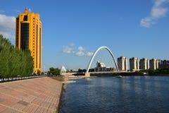 Invallning av den Ishim floden i Astana arkivfoto