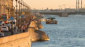 Invallning av den Neva flod- och slottbron på solnedgången Arkivfoto