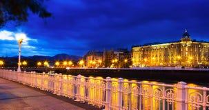 Invallning av den Urumea floden i natt San Sebastian fotografering för bildbyråer
