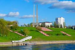 Invallning av den västra Dvina floden och minnesmärkekomplexet i heder av sovjetiska soldat-befriare, partisan och underjordiska  Arkivfoto