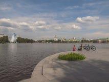 Invallning av floden Iset Yekaterinburg stad Sverdlovsk reg Fotografering för Bildbyråer