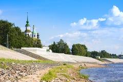 Invallning av floden Suhona och kyrkan av St Nicolas i sommar Veliky Ustyug Rysk federation royaltyfri fotografi