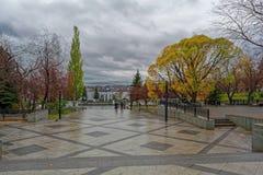 Invallning av stadsdammet på en regnig höstdag arkivbild