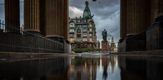 invallning för reflexionsGriboedov kanal, St Petersburg Ryssland arkivfoton