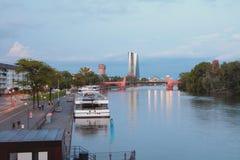 Invallning, förtöja, flod och bro frankfurt germany strömförsörjning Arkivbild