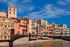 Invallning i Girona, Spanien, forntida bro och byggnad Fotografering för Bildbyråer
