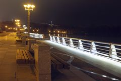 Invallning i Minsk ljus av nattstaden Cityscape av natten Minsk, Vitryssland Stadslandskap i afton royaltyfri fotografi