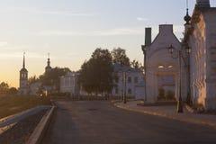 Invallning i staden av Veliky Ustyug i inställningssolen royaltyfria bilder