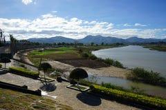Invallning- och Dakbla flod royaltyfri foto