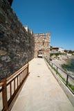 Invallning och del av en forntida stenvägg i den gamla staden av Sozopol i Bulgarien Arkivbild