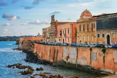 Invallning på den gamla staden i Siracusa och medelhavet Sicilien arkivfoto