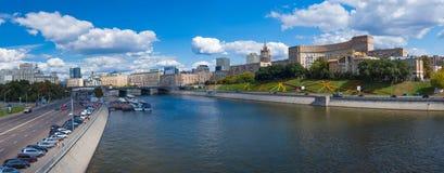Invallningar av Moskva floden Arkivbild