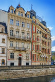 Invallningen av den Tepla floden, Karlovy varierar, Tjeckien Arkivfoton