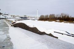 Invallningen av staden av Tyumen i vintertid Ryssland Arkivfoto
