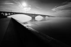 Invallningen bron till och med floden Yenisei Royaltyfria Foton
