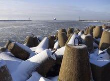 Invallningen längs Östersjön av staden av Klaipeda i Litauen på en solig vinterdag arkivbilder