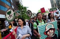 invandra marsch för familjer Arkivfoton