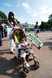 invandra marsch för familjhus till white Fotografering för Bildbyråer