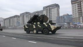 Invasão militar da cidade, tropa-portador blindado do exército, perigo, fumo video estoque