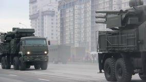 Invasão militar da cidade, tropa-portador blindado do exército, perigo, fumo filme
