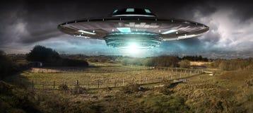 Invasión del UFO en la representación del landascape 3D de la tierra del planeta Imagen de archivo