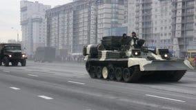 invasión militar de la ciudad, tropa-portador acorazado, guerra, humo, peligro de los tanques almacen de video