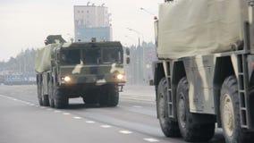 Invasión militar de la ciudad, tropa-portador acorazado, peligro, humo del ejército almacen de metraje de vídeo