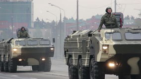 Invasión militar de la ciudad, tropa-portador acorazado, peligro, humo del ejército metrajes