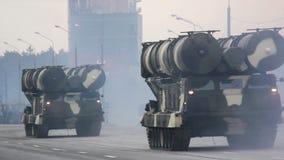 Invasión militar de la ciudad, tropa-portador acorazado, peligro, humo del ejército almacen de video