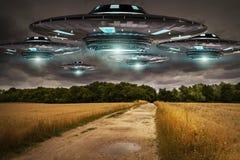 Invasione del UFO sulla rappresentazione del landascape 3D del pianeta Terra royalty illustrazione gratis