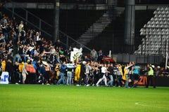 Invason de los gamberros del fútbol en el campo de fútbol Foto de archivo libre de regalías